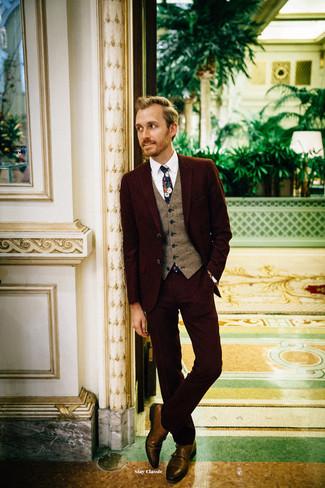 Cómo combinar: zapatos con doble hebilla de cuero marrónes, camisa de vestir blanca, chaleco de vestir de lana marrón, traje burdeos
