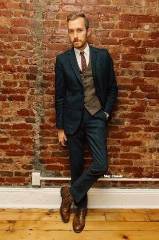 Cómo combinar: botas casual de cuero marrónes, camisa de vestir blanca, chaleco de vestir de lana marrón, traje de lana verde oscuro