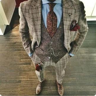 Cómo combinar: zapatos oxford de cuero marrónes, camisa de vestir celeste, chaleco de vestir de lana en marrón oscuro, traje de lana de tartán marrón