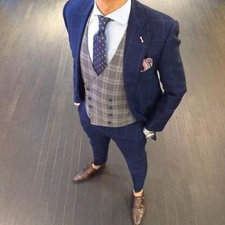 Cómo combinar: zapatos con doble hebilla de cuero en marrón oscuro, camisa de vestir blanca, chaleco de vestir a cuadros gris, traje a cuadros azul marino