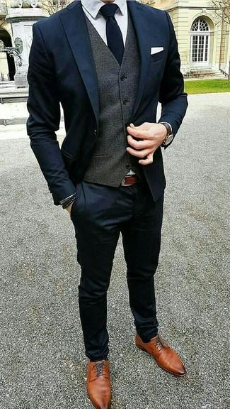 Cómo combinar: zapatos derby de cuero en tabaco, camisa de vestir blanca, chaleco de vestir en gris oscuro, traje azul marino