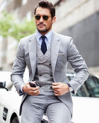 Cómo combinar: corbata azul marino, camisa de vestir celeste, chaleco de vestir de tartán gris, traje gris
