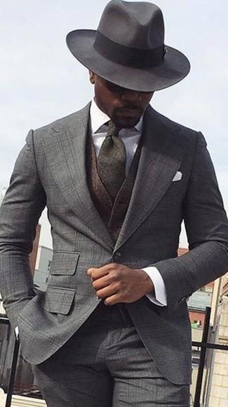 Combinar un chaleco de vestir en marrón oscuro: Intenta ponerse un chaleco de vestir en marrón oscuro y un traje de tartán gris para un perfil clásico y refinado.