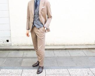 Cómo combinar: zapatos oxford de cuero en marrón oscuro, camisa de vestir celeste, chaleco de vestir de tartán gris, traje marrón claro
