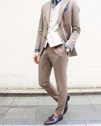 Cómo combinar: mocasín con borlas de cuero morado oscuro, camisa de vestir de cambray azul, chaleco de vestir blanco, traje en beige