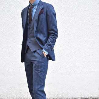 Combinar un pañuelo de bolsillo estampado azul marino: Para crear una apariencia para un almuerzo con amigos en el fin de semana empareja un traje de rayas verticales azul marino junto a un pañuelo de bolsillo estampado azul marino.