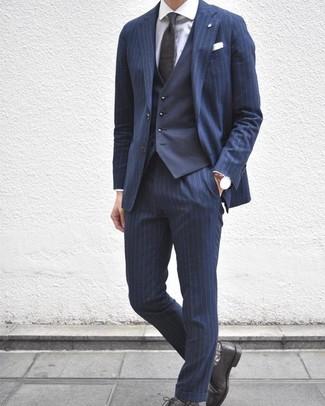Cómo combinar: zapatos derby de cuero negros, camisa de vestir blanca, chaleco de vestir azul marino, traje de rayas verticales azul marino