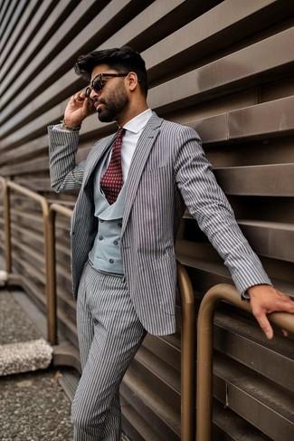 Cómo combinar: corbata estampada burdeos, camisa de vestir blanca, chaleco de vestir gris, traje de rayas verticales gris