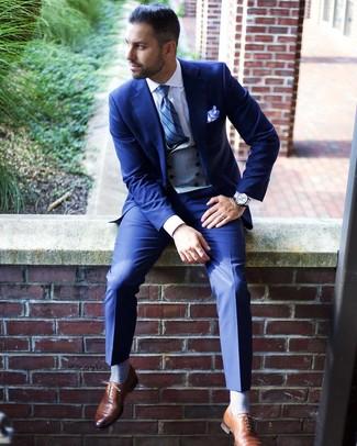 Cómo combinar: zapatos oxford de cuero marrónes, camisa de vestir blanca, chaleco de vestir gris, traje azul