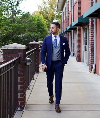 Cómo combinar: zapatos oxford de cuero en marrón oscuro, camisa de vestir blanca, chaleco de vestir gris, traje azul marino