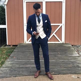 Combinar unos zapatos oxford de cuero marrónes: Empareja un traje azul marino con un chaleco de vestir en beige para un perfil clásico y refinado. Si no quieres vestir totalmente formal, opta por un par de zapatos oxford de cuero marrónes.
