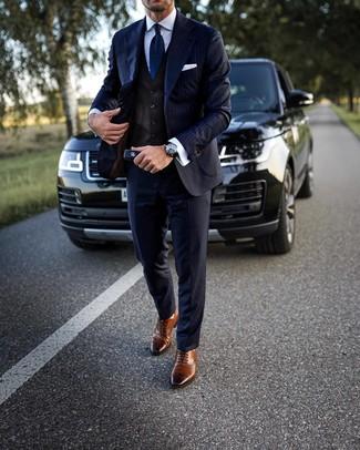 Combinar un chaleco de vestir en marrón oscuro: Emparejar un chaleco de vestir en marrón oscuro junto a un traje de rayas verticales azul marino es una opción inmejorable para una apariencia clásica y refinada. Si no quieres vestir totalmente formal, completa tu atuendo con zapatos brogue de cuero marrónes.