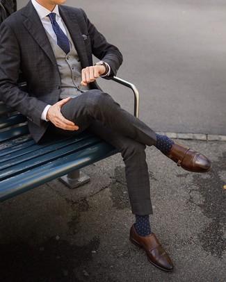 Cómo combinar: zapatos con doble hebilla de cuero marrónes, camisa de vestir blanca, chaleco de vestir de tartán gris, traje de tartán en marrón oscuro