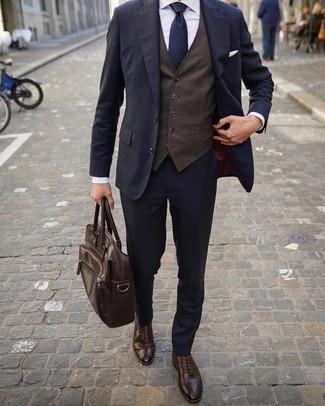 Combinar un chaleco de vestir en marrón oscuro: Empareja un chaleco de vestir en marrón oscuro junto a un traje azul marino para rebosar clase y sofisticación. Si no quieres vestir totalmente formal, elige un par de zapatos brogue de cuero en marrón oscuro.