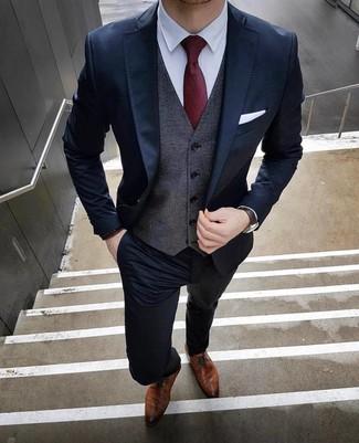 Combinar un chaleco de vestir en gris oscuro: Equípate un chaleco de vestir en gris oscuro con un traje azul marino para un perfil clásico y refinado. Zapatos derby de cuero marrónes añadirán interés a un estilo clásico.