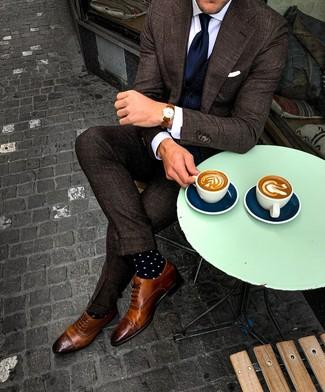Cómo combinar: zapatos brogue de cuero marrónes, camisa de vestir blanca, chaleco de vestir azul marino, traje a cuadros en marrón oscuro