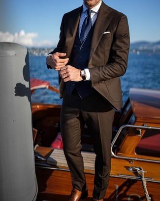 Cómo combinar: zapatos oxford de cuero marrónes, camisa de vestir blanca, chaleco de vestir azul marino, traje en marrón oscuro