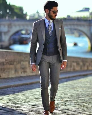 Cómo combinar: zapatos con doble hebilla de cuero en tabaco, camisa de vestir celeste, chaleco de vestir azul marino, traje gris