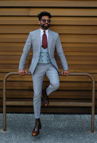 Cómo combinar: botas brogue de cuero en marrón oscuro, camisa de vestir blanca, chaleco de vestir celeste, traje de rayas verticales celeste