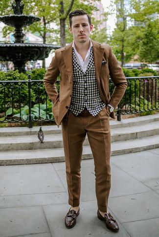 Outfits hombres en otoño 2020 estilo elegante: Equípate un traje marrón junto a un chaleco de vestir de cuadro vichy en negro y blanco para una apariencia clásica y elegante. ¿Quieres elegir un zapato informal? Elige un par de mocasín con borlas de cuero en marrón oscuro para el día. Si tu en busca de un look apropriado para el otoño, esta es una elección perfecta.