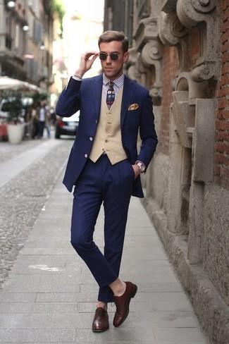 Combinar unos zapatos oxford de cuero en marrón oscuro: Ponte un traje azul marino y un chaleco de vestir en beige para rebosar clase y sofisticación. ¿Quieres elegir un zapato informal? Elige un par de zapatos oxford de cuero en marrón oscuro para el día.