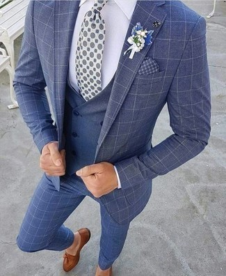 Combinar un pañuelo de bolsillo estampado azul marino: Usa un traje a cuadros azul y un pañuelo de bolsillo estampado azul marino para lidiar sin esfuerzo con lo que sea que te traiga el día. ¿Te sientes valiente? Usa un par de mocasín con borlas de cuero marrón.