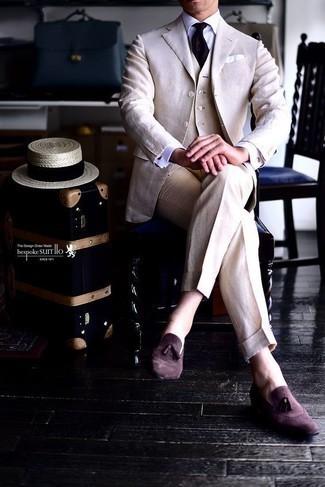 Combinar un chaleco de vestir en beige: Ponte un chaleco de vestir en beige y un traje en beige para rebosar clase y sofisticación. ¿Quieres elegir un zapato informal? Elige un par de mocasín con borlas de ante burdeos para el día.