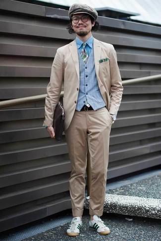 Combinar unos tenis de cuero en blanco y verde para hombres de 30 años: Emparejar un traje en beige con un chaleco de vestir celeste es una opción excelente para una apariencia clásica y refinada. ¿Quieres elegir un zapato informal? Opta por un par de tenis de cuero en blanco y verde para el día.