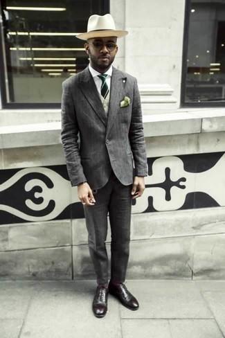 Combinar un traje de rayas verticales gris: Elige un traje de rayas verticales gris y un chaleco de vestir en beige para una apariencia clásica y elegante. Si no quieres vestir totalmente formal, haz zapatos oxford de cuero burdeos tu calzado.
