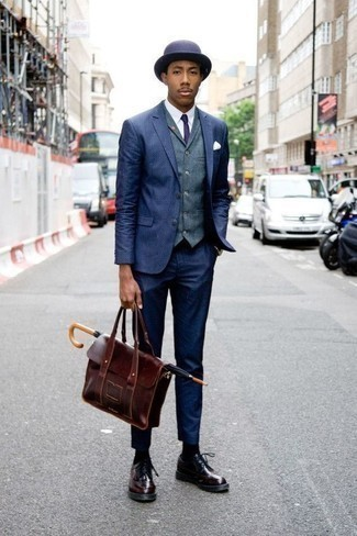 Combinar un portafolio de cuero burdeos: Empareja un traje azul marino junto a un portafolio de cuero burdeos para una vestimenta cómoda que queda muy bien junta. Con el calzado, sé más clásico y completa tu atuendo con zapatos brogue de cuero burdeos.