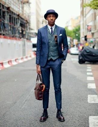 Combinar un portafolio de cuero burdeos: Empareja un traje azul marino junto a un portafolio de cuero burdeos para una vestimenta cómoda que queda muy bien junta. Zapatos derby de cuero burdeos son una forma sencilla de mejorar tu look.
