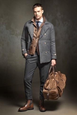 Cómo combinar: pantalón de vestir de lana en gris oscuro, camisa de vestir a cuadros celeste, chaqueta campo de cuero marrón, chaquetón en gris oscuro
