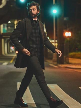 Cómo combinar: pantalón chino en gris oscuro, camisa de vestir blanca, chaqueta estilo camisa de franela de tartán negra, abrigo largo en gris oscuro
