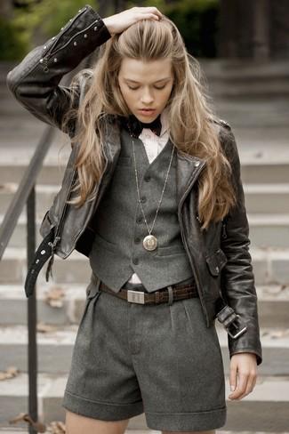 Cómo combinar: pantalones cortos de lana en gris oscuro, camisa de vestir de rayas verticales rosada, chaqueta motera de cuero en marrón oscuro, chaleco de lana en gris oscuro