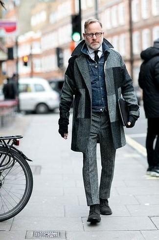 Emparejar un abrigo largo a cuadros gris con un pantalón de vestir de lana gris es una opción estupenda para una apariencia clásica y refinada. Si no quieres vestir totalmente formal, elige un par de zapatos derby de ante negros.