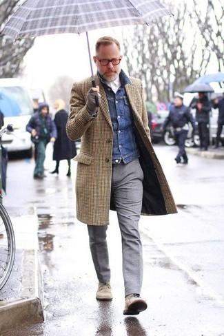 Cómo combinar: pantalón de vestir de lana gris, camisa de vestir blanca, chaqueta vaquera azul marino, abrigo largo de cuadro vichy marrón