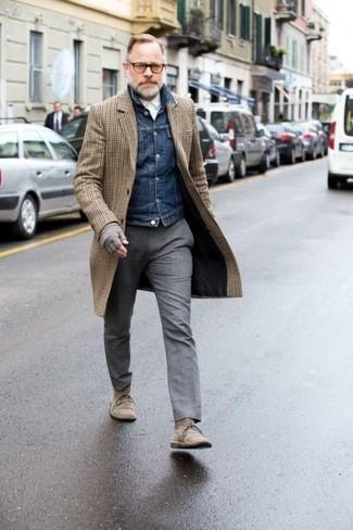 Cómo combinar: pantalón de vestir de lana gris, camisa de vestir blanca, chaqueta vaquera azul marino, abrigo largo a cuadros marrón