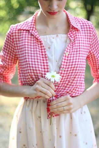 Cómo combinar: camisa de vestir de cuadro vichy en rojo y blanco, vestido skater con print de flores blanco