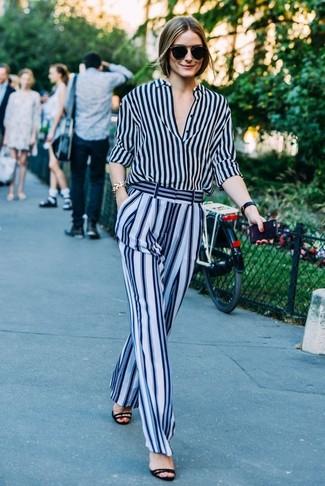 Look de Olivia Palermo: Camisa de Vestir de Rayas Verticales Azul Marino, Pantalones Anchos de Rayas Verticales Celestes, Sandalias de Tacón de Ante Negras