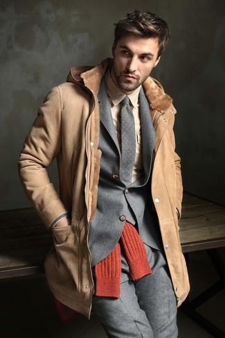 Cómo combinar: corbata de lana a lunares gris, camisa de vestir en beige, traje de lana gris, abrigo de piel de oveja marrón claro