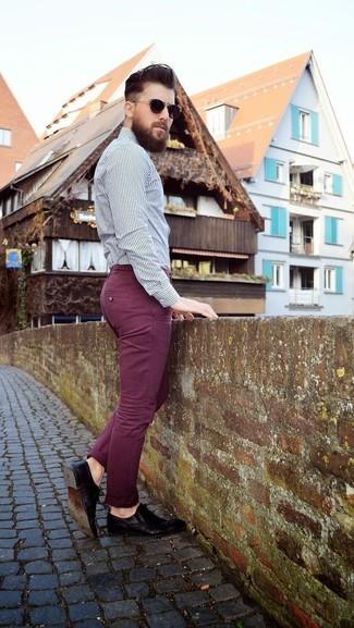 Cómo combinar: camisa de vestir de rayas verticales en blanco y negro, pantalón chino burdeos, zapatos derby de cuero negros, gafas de sol en marrón oscuro