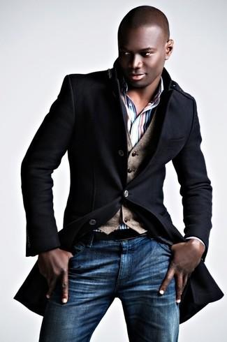 Cómo combinar: vaqueros azules, camisa de vestir de rayas verticales en blanco y rojo y azul marino, chaleco de vestir de lana marrón, abrigo largo negro