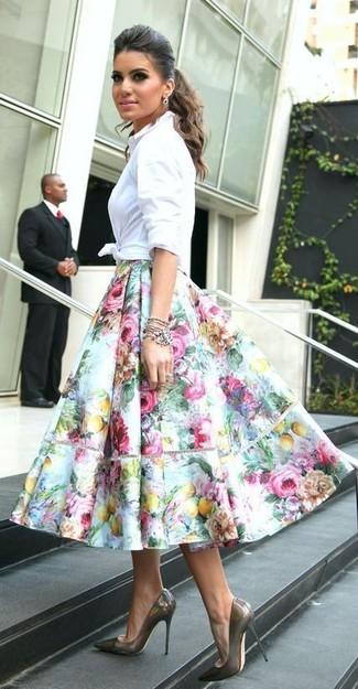 La versatilidad de una camisa de vestir blanca y una falda campana con print de flores celeste los hace prendas en las que vale la pena invertir. Complementa tu atuendo con zapatos de tacón de cuero grises.
