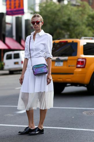 Destaca entre otros civiles elegantes con una camisa de vestir blanca y una falda midi plisada blanca. Zapatos derby de cuero negros darán un toque desenfadado al conjunto.