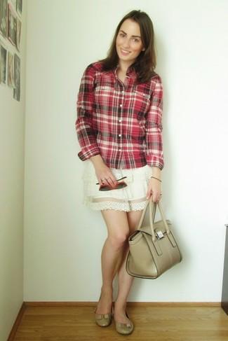 Para seguir las tendencias usa una camisa de vestir de tartán roja y una falda skater de encaje blanca. Bailarinas de cuero beige añadirán interés a un estilo clásico.
