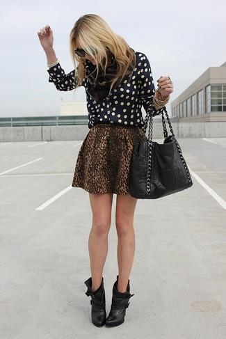 Look de moda: Camisa de Vestir a Lunares Negra, Falda Skater de Leopardo Marrón, Botines de Cuero Negros, Bolsa Tote de Cuero Negra