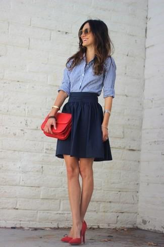 Considera emparejar una camisa de vestir de rayas verticales en blanco y azul con una falda skater azul marino para lidiar sin esfuerzo con lo que sea que te traiga el día. Luce este conjunto con zapatos de tacón de ante rojos.