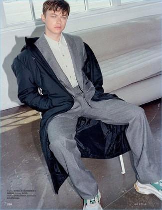 Cómo combinar: deportivas en beige, camisa de vestir gris, traje de lana gris, parka azul marino