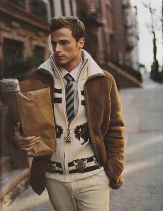 Cómo combinar: pantalón de vestir en beige, camisa de vestir violeta claro, jersey con cremallera de punto en beige, abrigo de piel de oveja marrón
