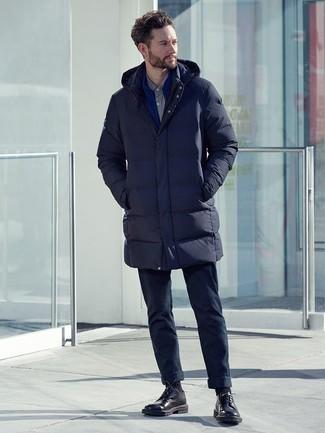 Cómo combinar: pantalón chino azul marino, camisa de vestir gris, jersey con cremallera azul, abrigo de plumón azul marino